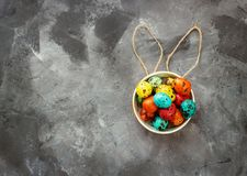 Wielkanoc barwił jajka na ciemnym tle, pojęcie wielkanoc zdjęcia stock