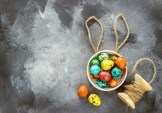 Wielkanoc barwił jajka na ciemnym tle, pojęcie wielkanoc fotografia stock