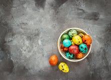 Wielkanoc barwił jajka na ciemnym tle, pojęcie wielkanoc zdjęcia royalty free
