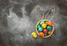 Wielkanoc barwił jajka na ciemnym tle, pojęcie wielkanoc fotografia royalty free
