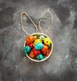 Wielkanoc barwił jajka na ciemnym tle, pojęcie wielkanoc obrazy stock