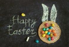 Wielkanoc barwił jajka na czarnym tle, pojęcie wielkanoc obrazy stock