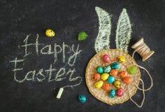 Wielkanoc barwił jajka na czarnym tle, pojęcie wielkanoc fotografia stock