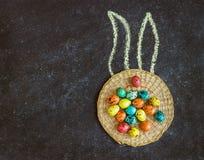 Wielkanoc barwił jajka na czarnym tle, pojęcie wielkanoc obraz royalty free