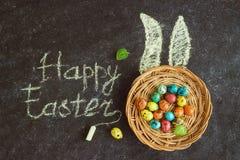 Wielkanoc barwił jajka na czarnym tle, pojęcie wielkanoc obrazy royalty free