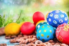 Wielkanoc barwił jajka na tle zielona trawa wielkanoc szczęśliwy Zdjęcie Stock
