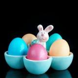 Wielkanoc barwił jajka w stojaku z królikiem Fotografia Royalty Free