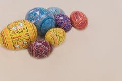 Wielkanoc barwi jajka z kremowym tłem Fotografia Stock