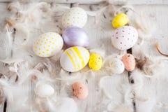 Wielkanoc, barwioni jajka, kolor żółty, biel, biały drzewo, biały tło, feathersa, kurczaków jajka, przepiórek jajka, Obraz Royalty Free