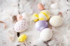 Wielkanoc, barwioni jajka, kolor żółty, biel, biały drzewo, biały tło, feathersa, kurczaków jajka, przepiórek jajka, Obraz Stock