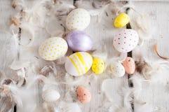 Wielkanoc, barwioni jajka, kolor żółty, biel, biały drzewo, biały tło, feathersa, kurczaków jajka, przepiórek jajka, Fotografia Stock