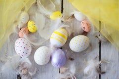 Wielkanoc, barwioni jajka, kolor żółty, biel, biały drzewo, biały tło, feathersa, kurczaków jajka, przepiórek jajka, Obrazy Stock