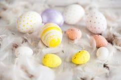 Wielkanoc, barwioni jajka, kolor żółty, biel, biały drzewo, biały tło, feathersa, kurczaków jajka, przepiórek jajka, Zdjęcie Royalty Free