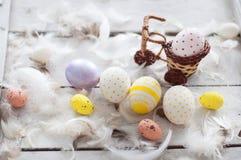 Wielkanoc, barwioni jajka, kolor żółty, biel, biały drzewo, biały tło, feathersa, kurczaków jajka, przepiórek jajka, Zdjęcie Stock