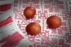 Wielkanoc: barwioni Wielkanocni jajka na pięknym płótnie Obraz Royalty Free
