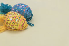 Wielkanoc dwa jajko kolorów jajka z żółtym tłem Obraz Royalty Free
