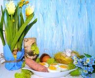 Wielkanoc - jajko i kiełbasa w białym dishware dla Easter Zdjęcie Royalty Free