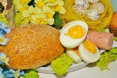 Wielkanoc - jajko i kiełbasa w białym dishware dla Easter Fotografia Stock