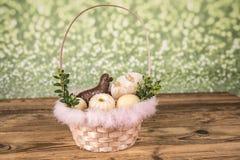 Wielkanoc Kolorowe palmy i baza Foods dla Wielkanocnych ?wieczek Jajka i kosz chleb Wielkanoc tortowa dekoracyjna tradycja zdjęcie stock