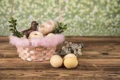 Wielkanoc Kolorowe palmy i baza Foods dla Wielkanocnych ?wieczek Jajka i kosz chleb Wielkanoc tortowa dekoracyjna tradycja zdjęcia royalty free