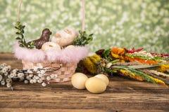 Wielkanoc Kolorowe palmy i baza Foods dla Wielkanocnych ?wieczek Jajka i kosz chleb Wielkanoc tortowa dekoracyjna tradycja obrazy royalty free