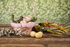 Wielkanoc Kolorowe palmy i baza Foods dla Wielkanocnych ?wieczek Jajka i kosz chleb Wielkanoc tortowa dekoracyjna tradycja fotografia stock