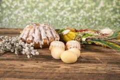 Wielkanoc Kolorowe palmy i baza Foods dla Wielkanocnych ?wieczek Jajka i kosz chleb Wielkanoc tortowa dekoracyjna tradycja zdjęcie royalty free