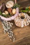 Wielkanoc Kolorowe palmy i baza Foods dla Wielkanocnych ?wieczek Jajka i kosz chleb Wielkanoc tortowa dekoracyjna tradycja obrazy stock