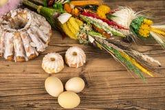 Wielkanoc Kolorowe palmy i baza Foods dla Wielkanocnych ?wieczek Jajka i kosz chleb Wielkanoc tortowa dekoracyjna tradycja obraz stock