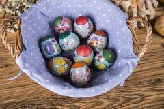 Wielkanoc Kolorowe palmy i baza Foods dla Wielkanocnych ?wieczek Jajka i kosz chleb Wielkanoc tortowa dekoracyjna tradycja zdjęcia stock