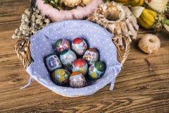 Wielkanoc Kolorowe palmy i baza Foods dla Wielkanocnych ?wieczek Jajka i kosz chleb Wielkanoc tortowa dekoracyjna tradycja obraz royalty free