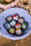 Wielkanoc Kolorowe palmy i baza Foods dla Wielkanocnych ?wieczek Jajka i kosz chleb Wielkanoc tortowa dekoracyjna tradycja fotografia royalty free