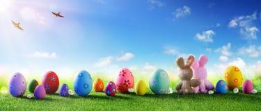 Wielkanoc - Kolorowi Dekorujący jajka Na polu obrazy stock
