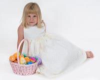 Wielkanoc koszykowa jajka dziewczyna Zdjęcie Stock