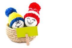 Wielkanoc koszykowi jaj Emoticons w trykotowych kapeluszach z pom-poms Obrazy Stock