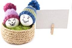 Wielkanoc koszykowi jaj Emoticons w trykotowych kapeluszach z pom-poms Zdjęcia Stock