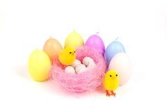 Wielkanoc, mały kurczątko i jajka, Obrazy Stock