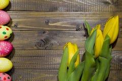 wielkanoc malowaniu jaj Bukiet żółci tulipany Fotografia Stock