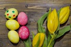 wielkanoc malowaniu jaj Bukiet żółci tulipany Obrazy Stock