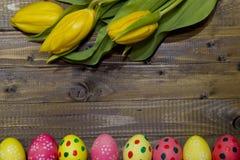 wielkanoc malowaniu jaj Bukiet żółci tulipany Zdjęcie Royalty Free