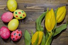 wielkanoc malowaniu jaj Bukiet żółci tulipany Zdjęcie Stock