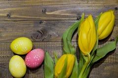 wielkanoc malowaniu jaj Bukiet żółci tulipany Obraz Stock