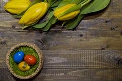 wielkanoc malowaniu jaj Bukiet żółci tulipany Zdjęcia Stock
