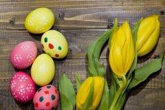 wielkanoc malowaniu jaj Bukiet żółci tulipany Obraz Royalty Free
