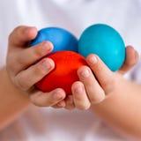 Wielkanoc Malujący jajka w rękach dziecko Obraz Royalty Free