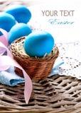 Wielkanocni jajka w koszu Obrazy Royalty Free
