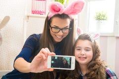 Wielkanoc - matka i córka z królików ucho, robić Selfie fotografia Zdjęcie Stock