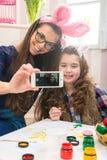 Wielkanoc - matka i córka z królików ucho, robić Selfie fotografia Fotografia Stock