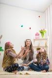 Wielkanoc matka i dwa córki czekoladowego jajka rzucających - Zdjęcie Stock