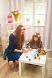 Wielkanoc - matki i córki farby jajka, królików ucho Obraz Stock